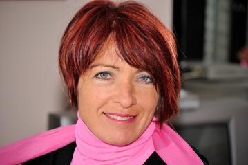 Donna sorridente con occhi verdi