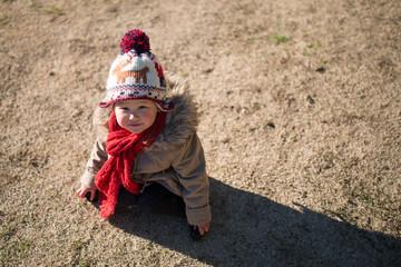 冬の公園で遊ぶ少女