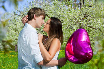 Verliebtes Paar mit Luftballon
