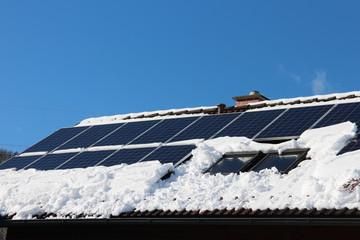 Solaranlage auf Hausdach mit Schnee