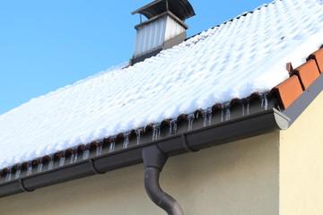 Eiszapfen in der Dachrinne