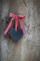 Herz mit rot weiß karierter Schleife als Holz Hintergrund
