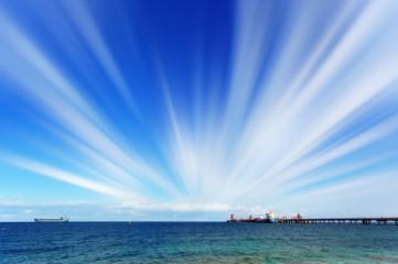 Petroliera al pontile e cielo con nuvole