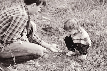 father showing little lizard to daughter