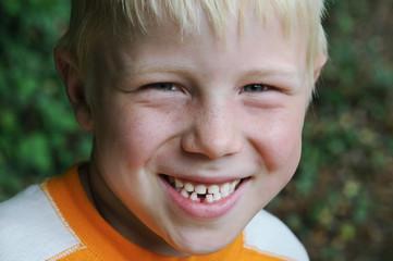 Kind ist stolz auf seine erste Zahnlücke