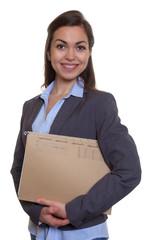 Lachende Geschäftsfrau im grauen Blazer mit Akte
