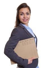 Attraktive Geschäftsfrau im grauen Blazer mit Akte