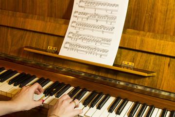 Девушка играет на пианино, женские руки на клавишах