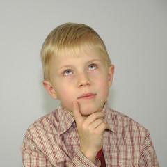 nachdenkender Junge in Hemd und Krawatte
