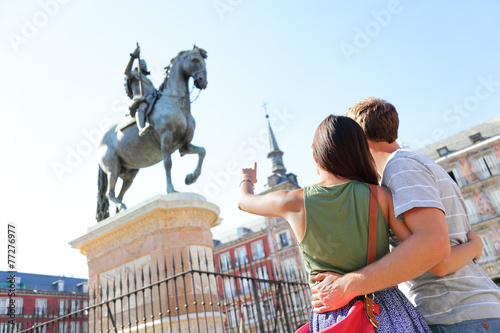 Tuinposter Standbeeld Madrid tourists on Plaza Mayor looking at statue