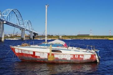 川と救助艇
