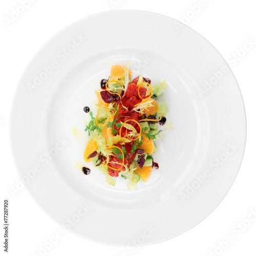 Aluminium Salade Tuna tartar with cucumber and orange, isolated