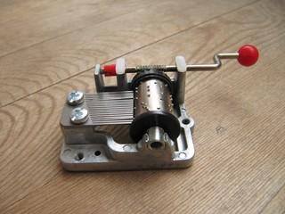 Maquina musical en tabla de madera.