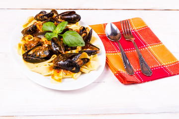 Pasta with moules in the pan