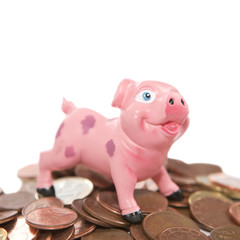 cochon tirelire sur tas de monnaies d'euro