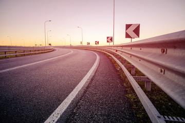 Strada e guard rail dal basso