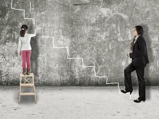 kleines Mädchen malt die Karrieretreppe