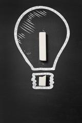 Glühbirne und Ausrufezeichen als Idee Konzept