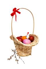 Пасхальные яйца в корзинке с вербой