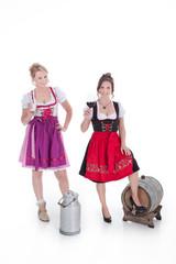 Zwei Frauen im Dirndl mit Milch und Rotwein