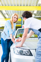 Kundin bei Reklamation in Autowerkstatt