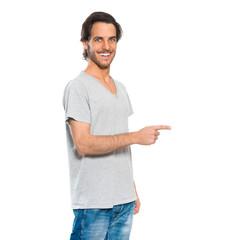 Mann zeigt mit Finger auf Textfreiraum
