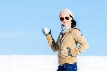 Frau mit Schneeball