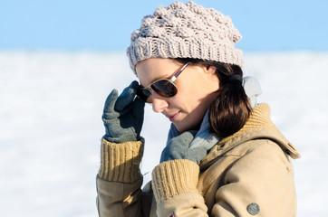 Frau im Winter mit Sonnenbrille