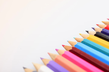 Reihe aus farbigen Stiften
