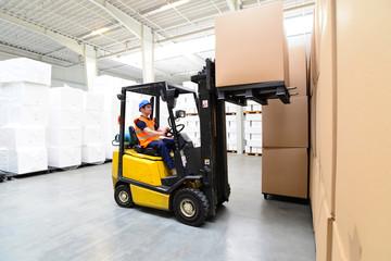 Gabelstaplerfahrer in einem Warenlager // international shipping