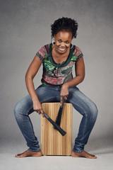 femme noire jouant du cajon