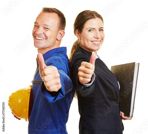 Arbeiter und Angestellte halten Daumen hoch - 77361350