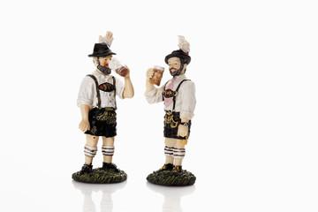 Bayerische Figuren trinken Bier aus Bierkrug