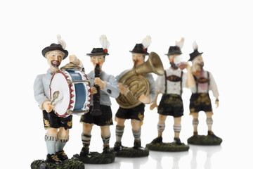 Bayerische Figuren Musik auf weißem Hintergrund