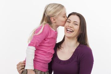 Tochter küsset Mutter