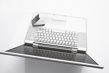 Laptop und Handy auf weißem Hintergrund, close up