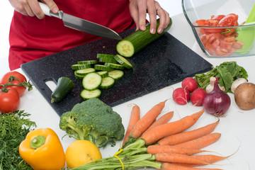 Salatgurke zerkleinern