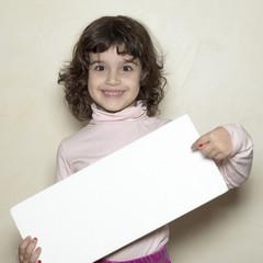 Niña con cartel blanco