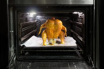 Pollo in piedi in cottura nel forno
