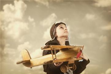 Junge mit Holzflugzeug