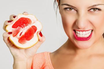 Портрет красивой сексуальной женщины с грейпфрутом.