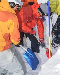 Alpinisten graben ein Schneeprofil