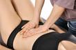 Heilpraktiker behandelt Bauchraum mit Osteopathie
