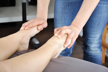 Heilpraktiker behandelt Füße mit Osteopathie