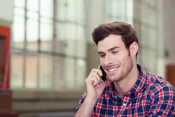 lächelnder mann telefoniert mit seinem mobiltelefon