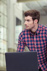 junger mann arbeitet mit laptop