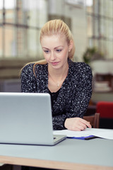 junge frau arbeitet am laptop