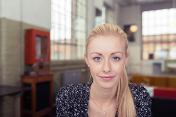 attraktive blonde frau in ihrer wohnung