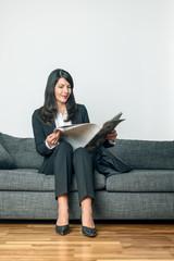 Attraktive Geschäftsfrau liest eine Zeitung