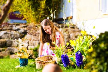 Kind mit Osterhase mit Ostereiern an Ostern